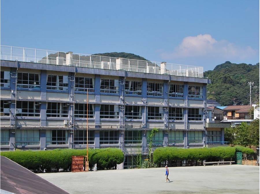 逗子市立沼間小学校まで徒歩6分(約450m)