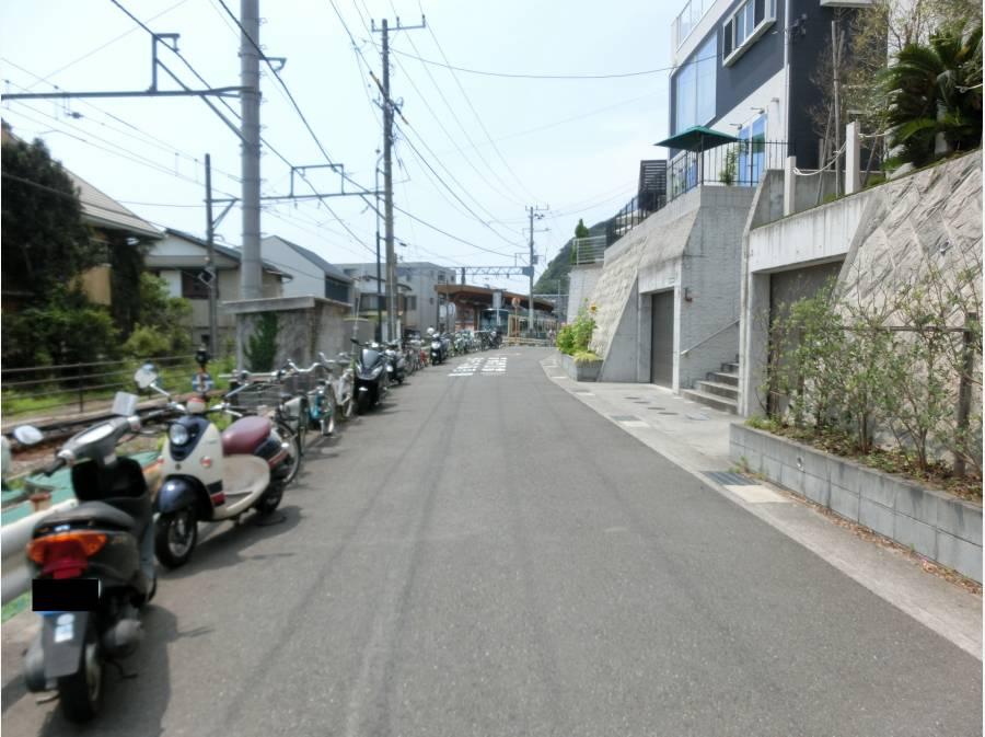 前面道路の先には江ノ電 稲村ケ崎駅が見えます