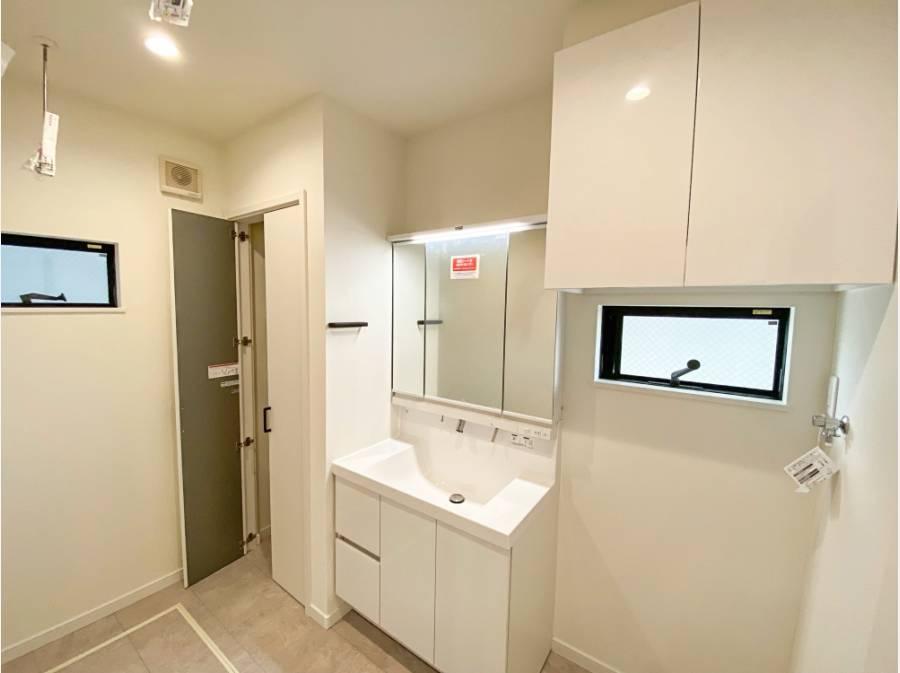 洗面脱衣所も収納が豊富で、広めに設計されています