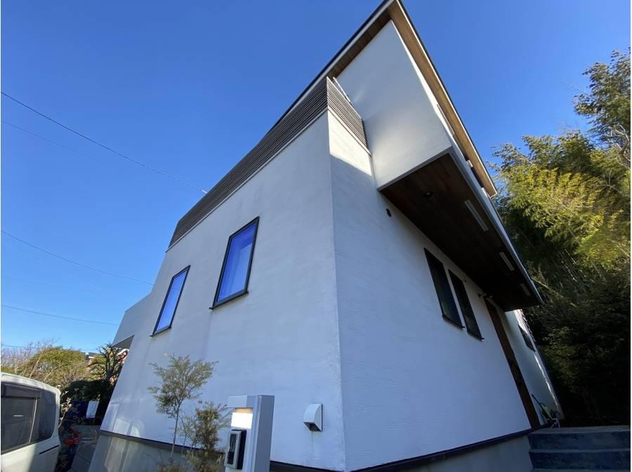 白を基調にしたクリークの塗り壁が青空に映えます。