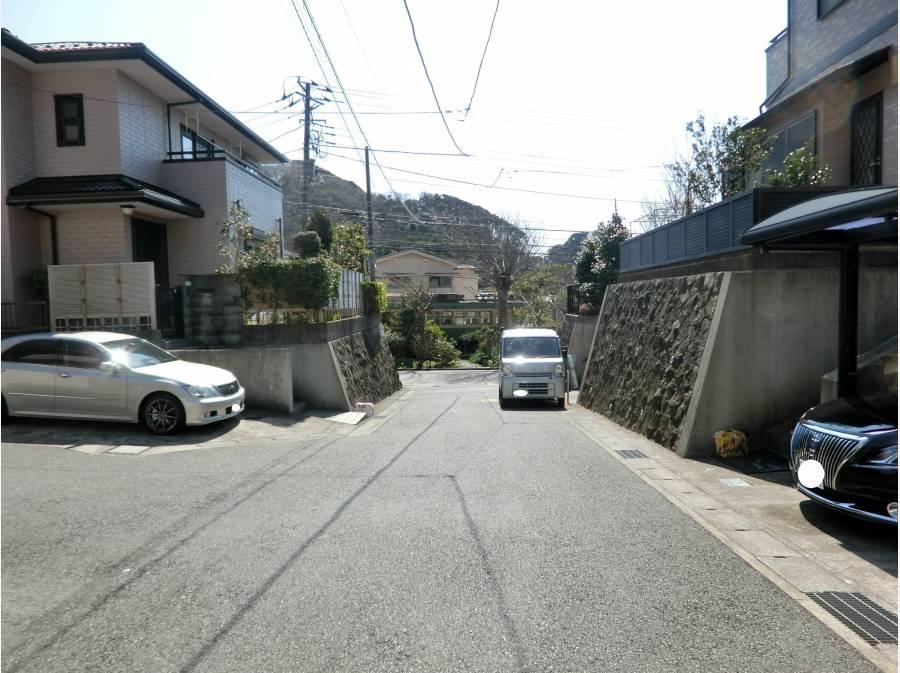 道路の先に江ノ電を望みます