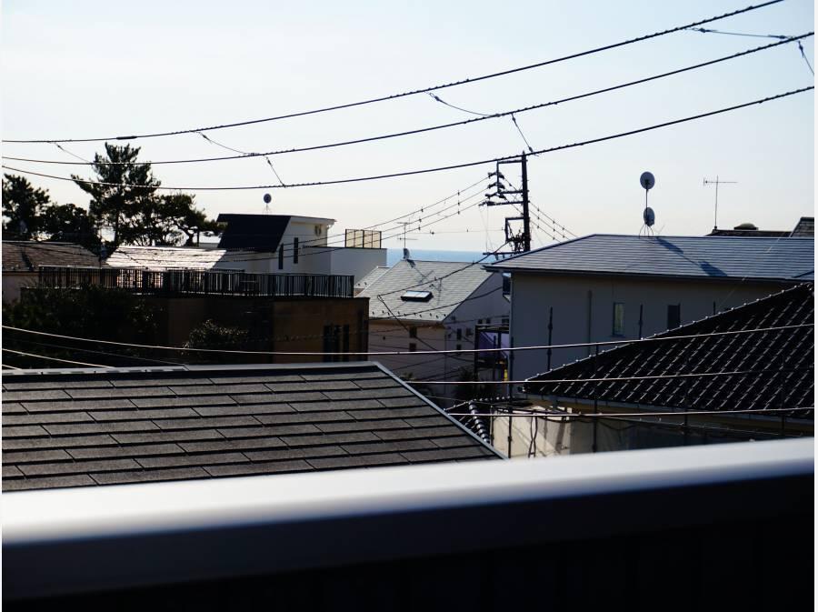お家の隙間からちょこちょこ見えます。