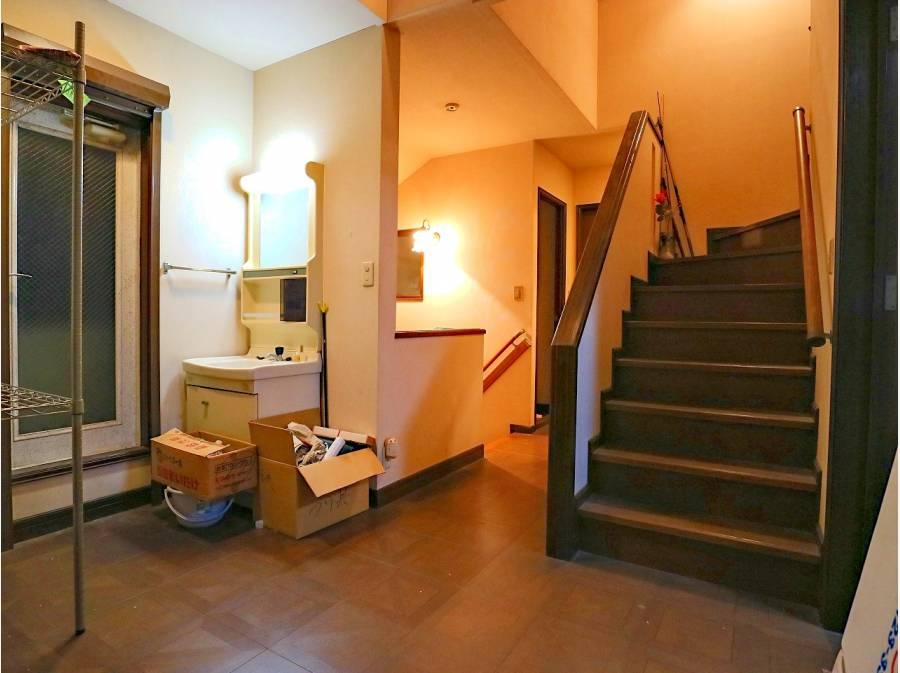 2階の階段ホール。建物面積にゆとりがあり空間を贅沢に使えます。
