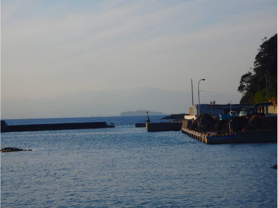 曇りでしたが江ノ島がうっすら見えました。