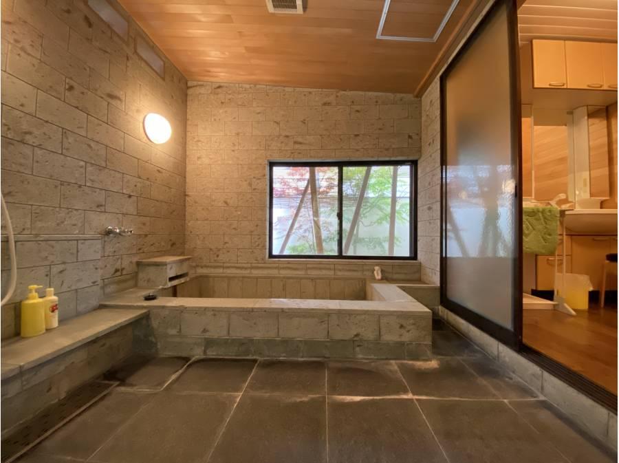 石畳の浴室/反対側に中庭がございます