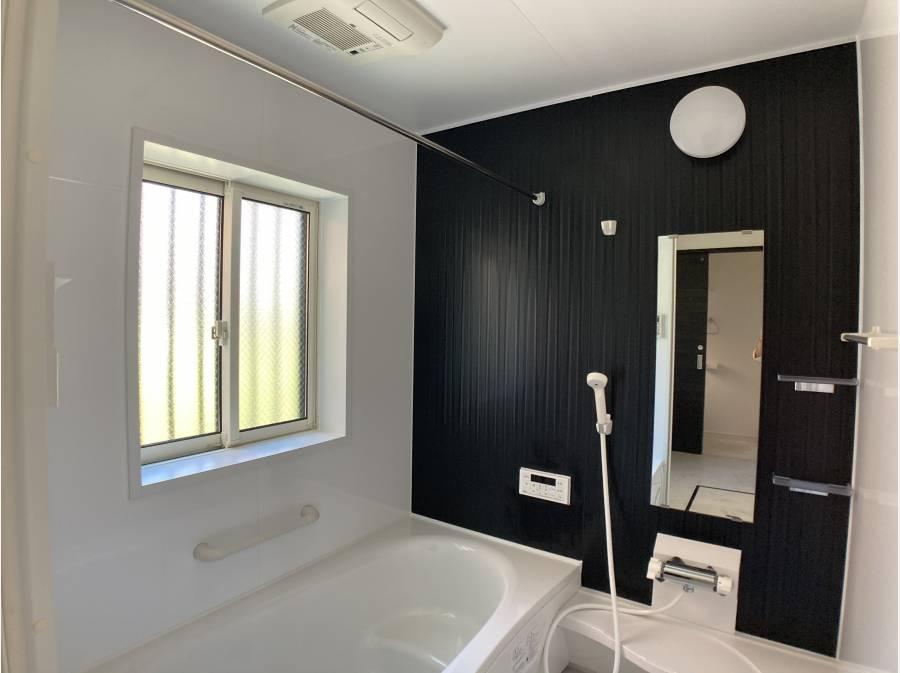 大きな採光窓のバスルーム