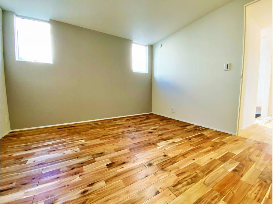 主寝室は床材もガラッと変わります。