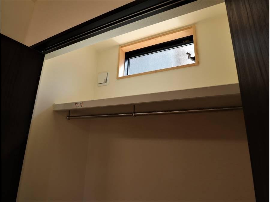 1階収納の1つには窓がついており、換気も出来ます。