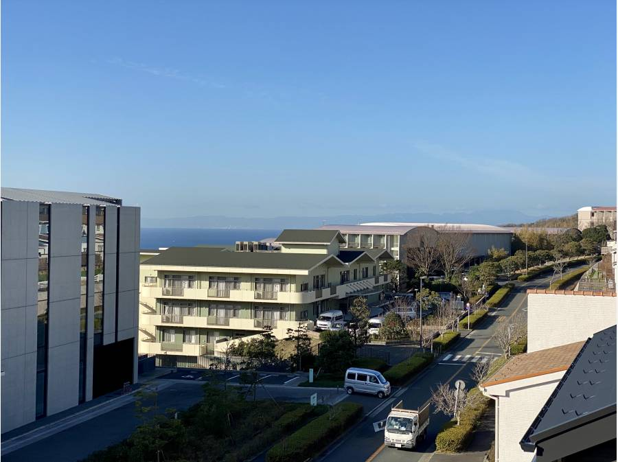 屋上から相模湾を眺めることができます。