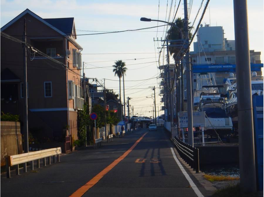 前面道路は広く車の出入はストレスフリー