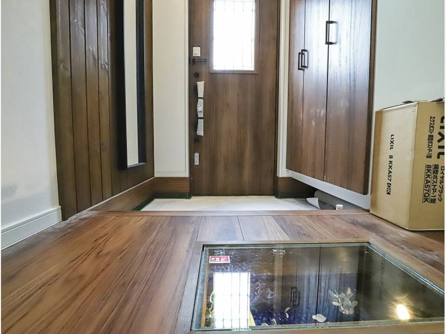 玄関ホールの廊下は強化ガラスのBOXが埋め込まれてライティングされています
