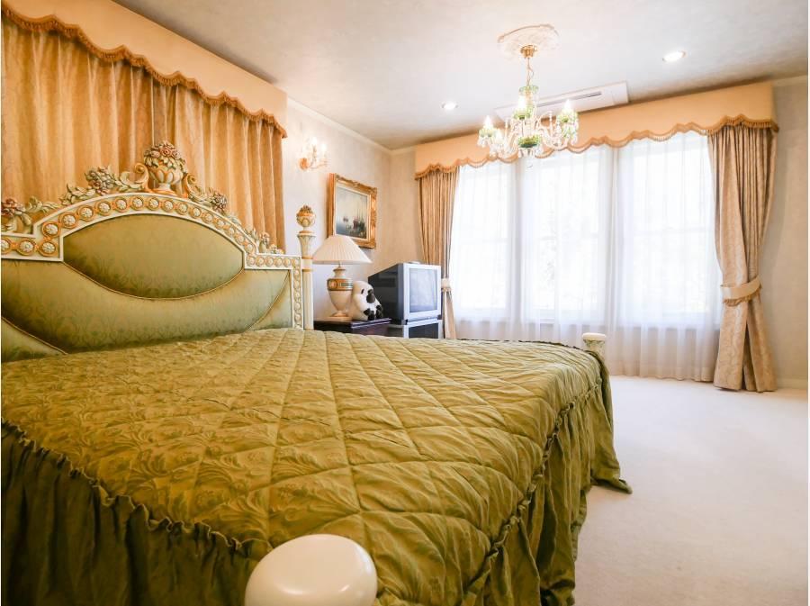 窓装飾の箱型ペルメット、フリンジ付の豪華なベットルーム。