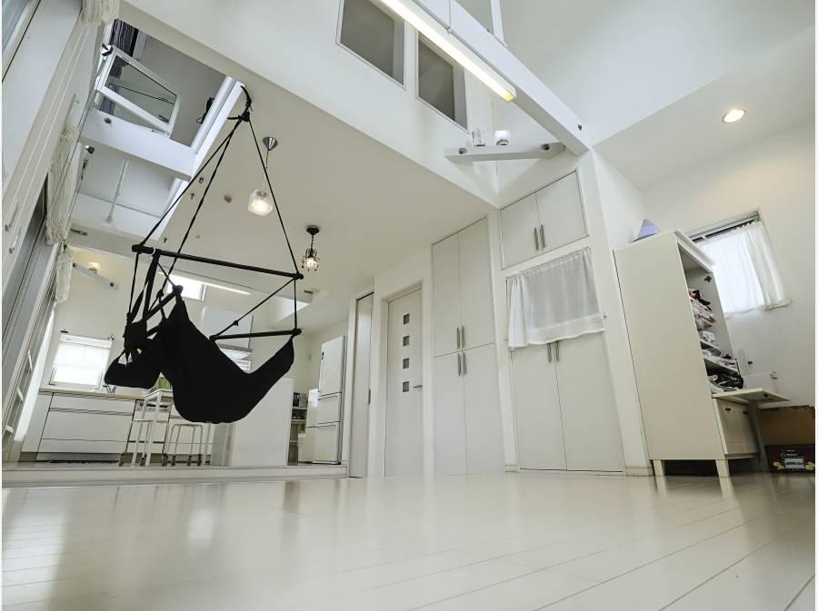 2階の吹抜け天井LDKは約18.37帖あり、開放感がございます