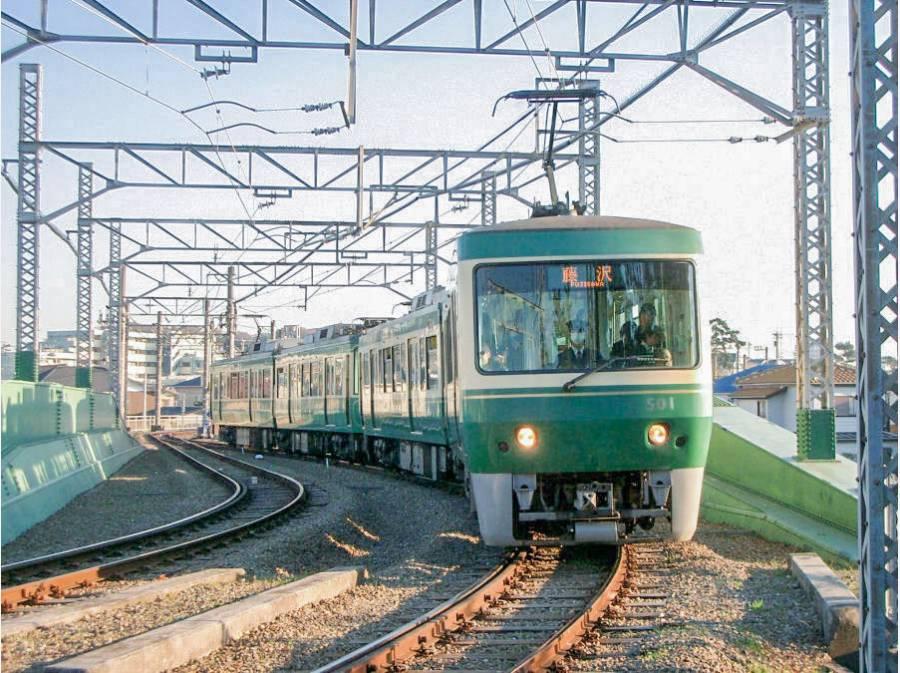 江ノ電が街中を走るのも藤沢市の光景