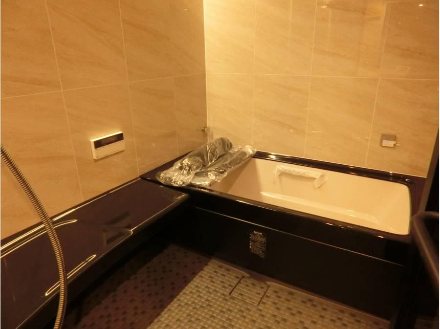 高級感溢れる色合いの新設バスルーム