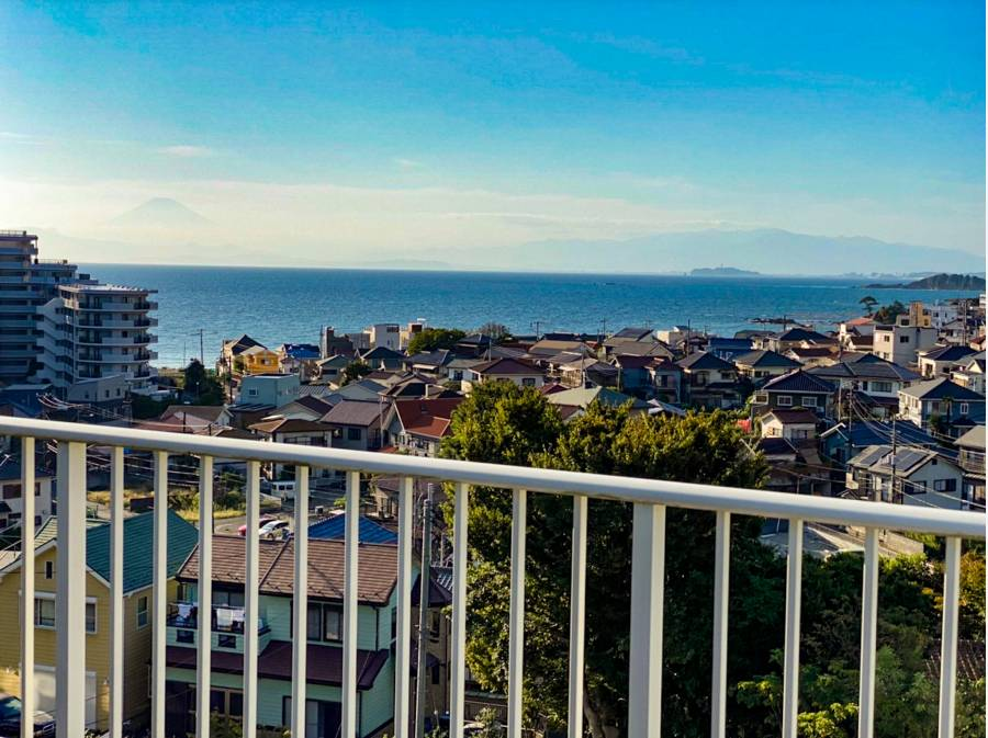 バルコニーからは海を望みます。