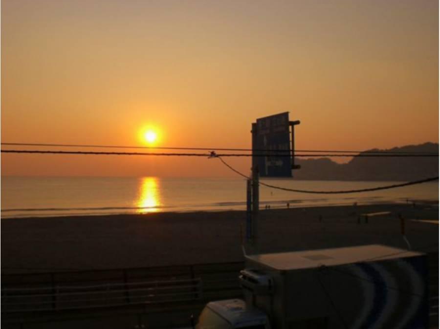 由比ガ浜 こんな夕日の海岸線を散歩もステキ