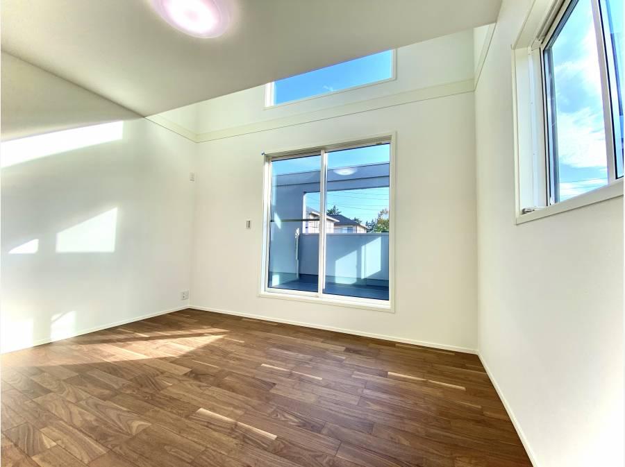 南側ベッドルームは7.5帖 広い窓からバルコニーへ出られます