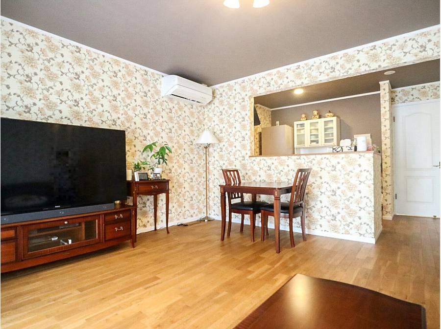 LDKは約16.5帖。床には無垢材を使用し上品な空間に