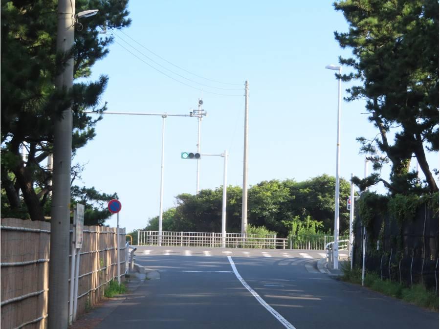 脇道から出れば信号の先は海です。