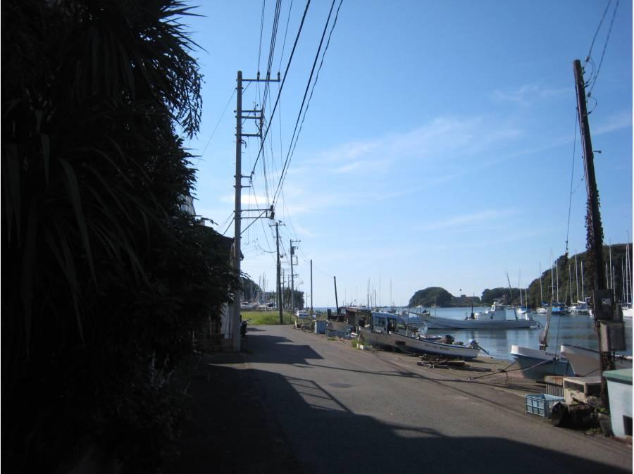 現地前の道路から海の近さがわかります。