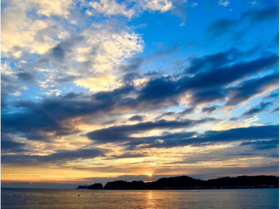 夕暮れ時の由比ガ浜海岸、鎌倉の醍醐味を沢山楽しめますね♪(イメージ)