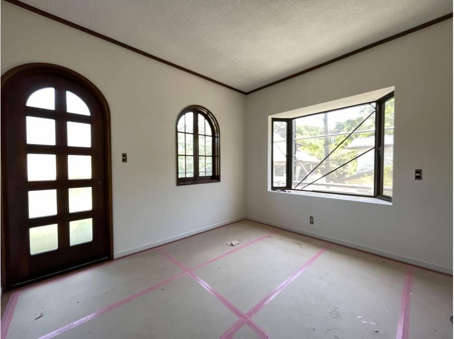 ゆったりとしたサイズの寝室からは緑を一望します