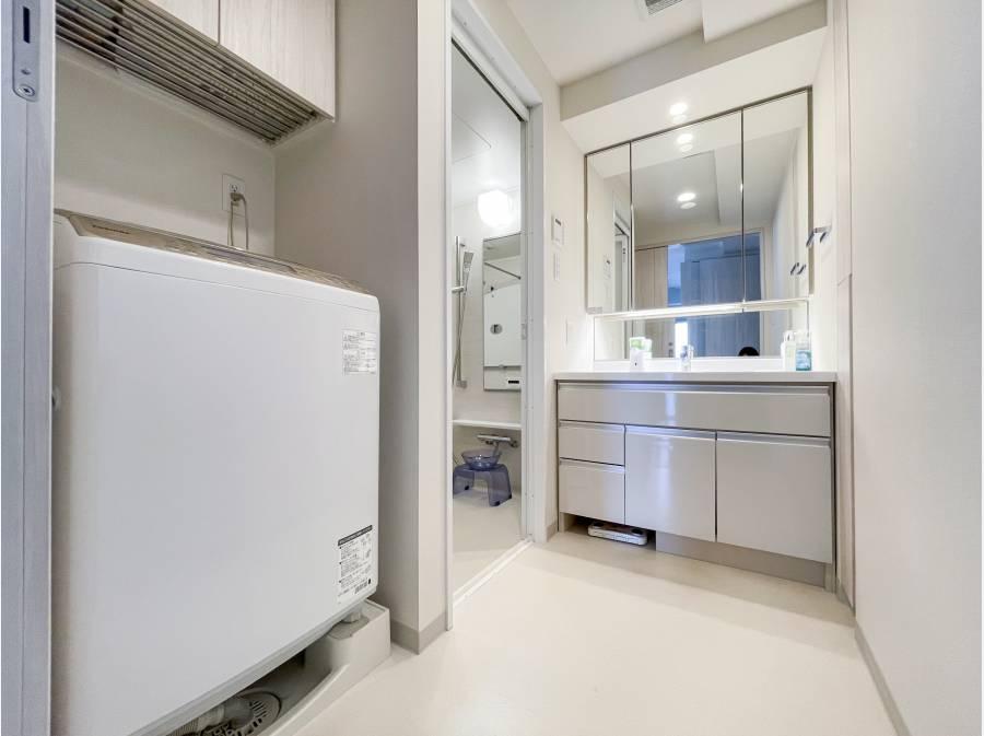 ゆとりある洗面化粧室。洗面台も新品同様の綺麗な状態です♪