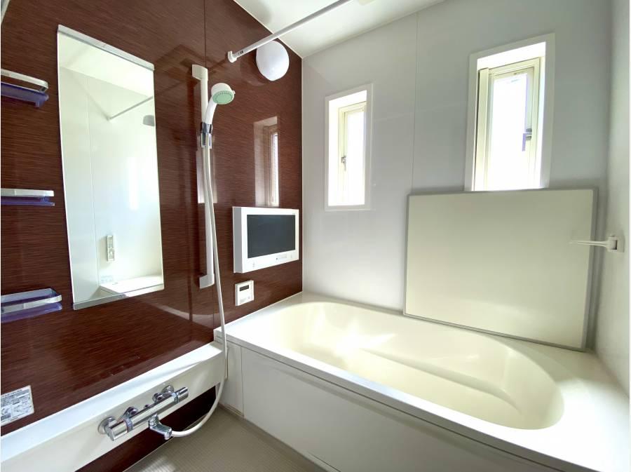 大型モニター付のバスルーム