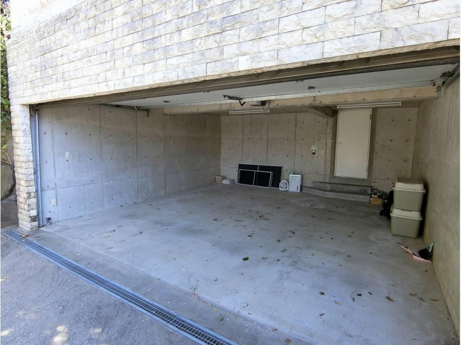 地下ガレージは2台分、雨の日には奥の扉より室内にアクセス。