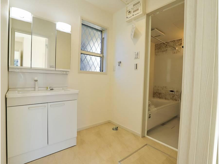 洗面脱衣所とバスルーム