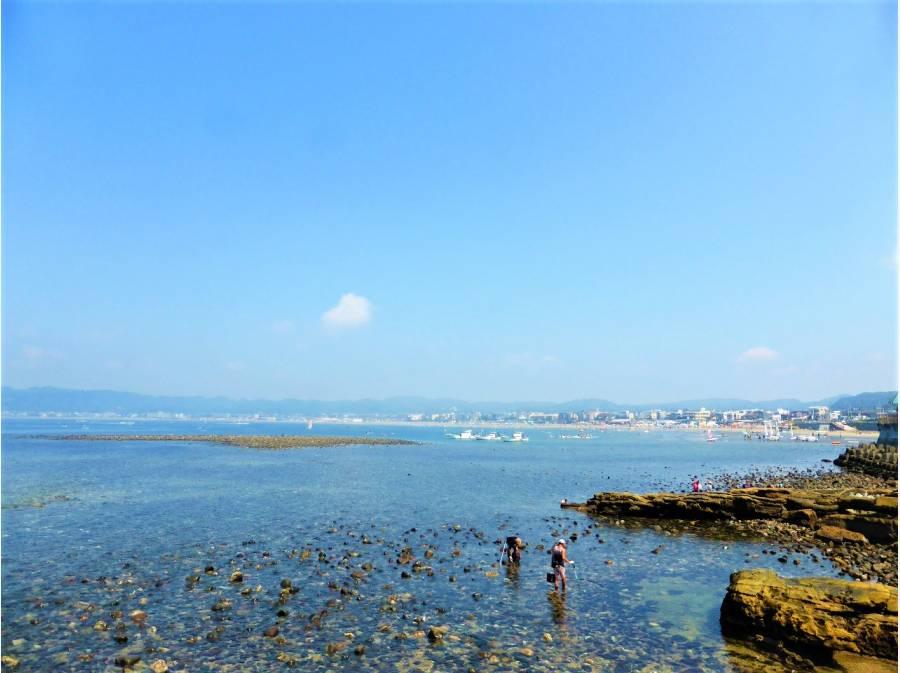 キラキラ光る海の磯場で遊べる環境