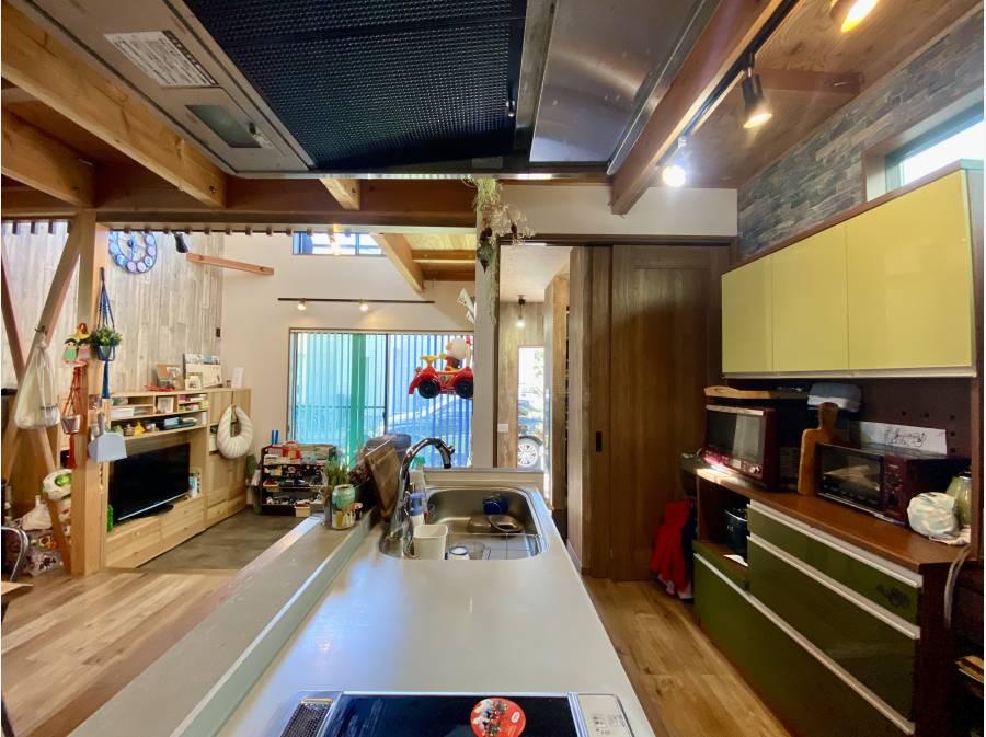 アイランドキッチン シューズクロークからキッチンに行き来可能な動線