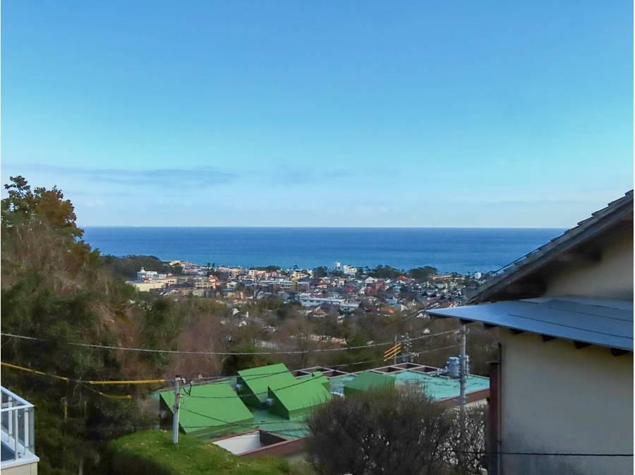 2階の高さからは眼下に大磯町と海が広がります。