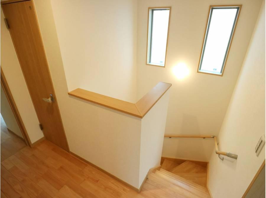 階段の窓からも光が差し込みます