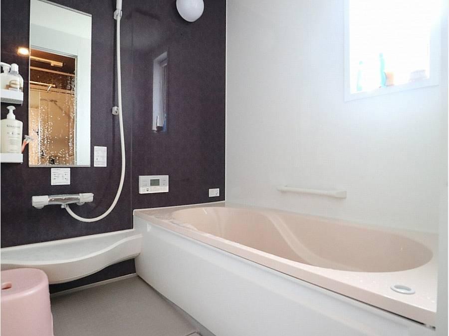 とても状態の良い浴室。1坪タイプで足を伸ばして寛げます