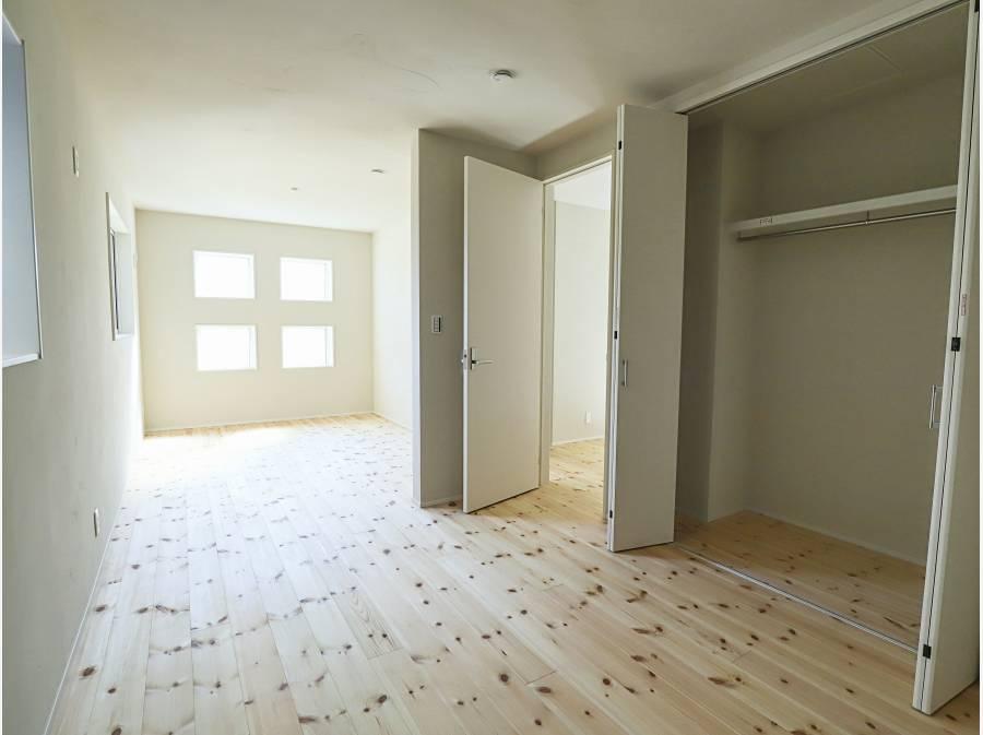 1階の洋室も明るく、12帖のお部屋は、2分割工事も可能な設計です
