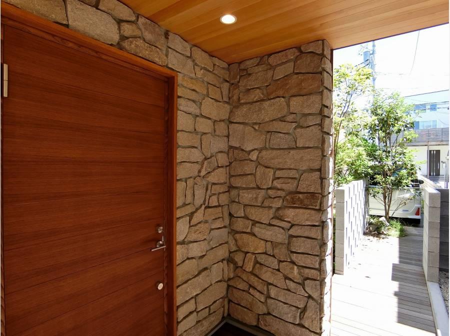 厚みのあるストーン仕上げとウッディな玄関ドアが印象的です。