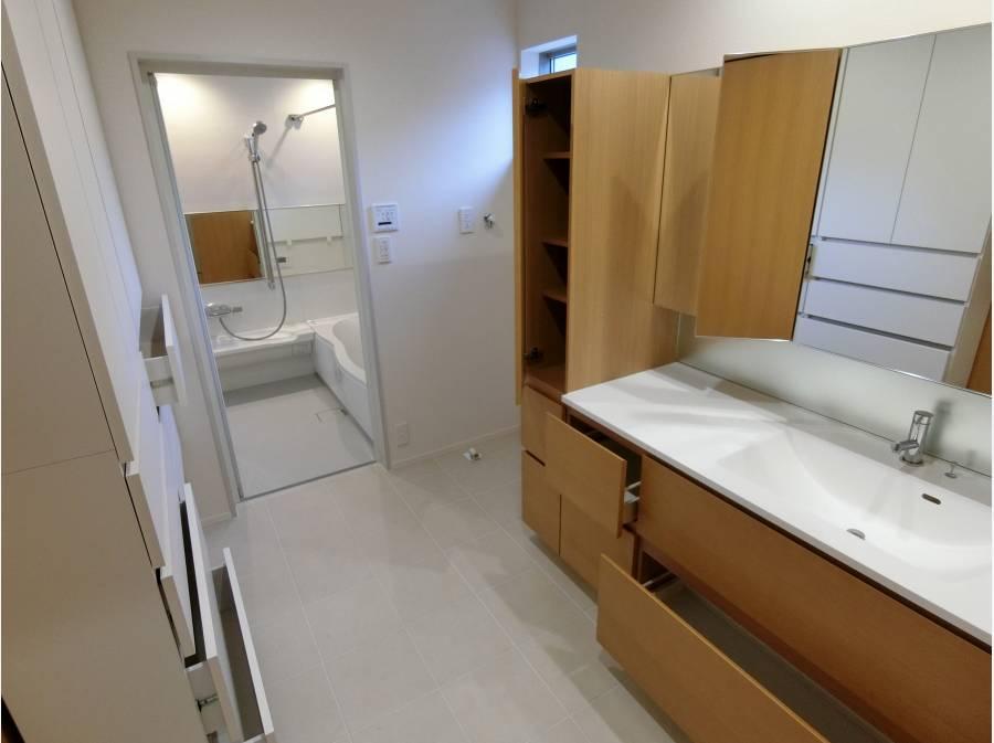 家具造りのたくさんの収納とスペースを有する洗面・脱衣室。