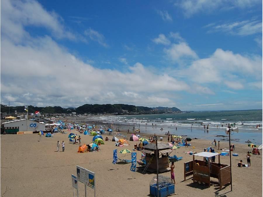 徒歩1分(約80m)でこの海岸に!海の家を飲み歩きしても楽しい!
