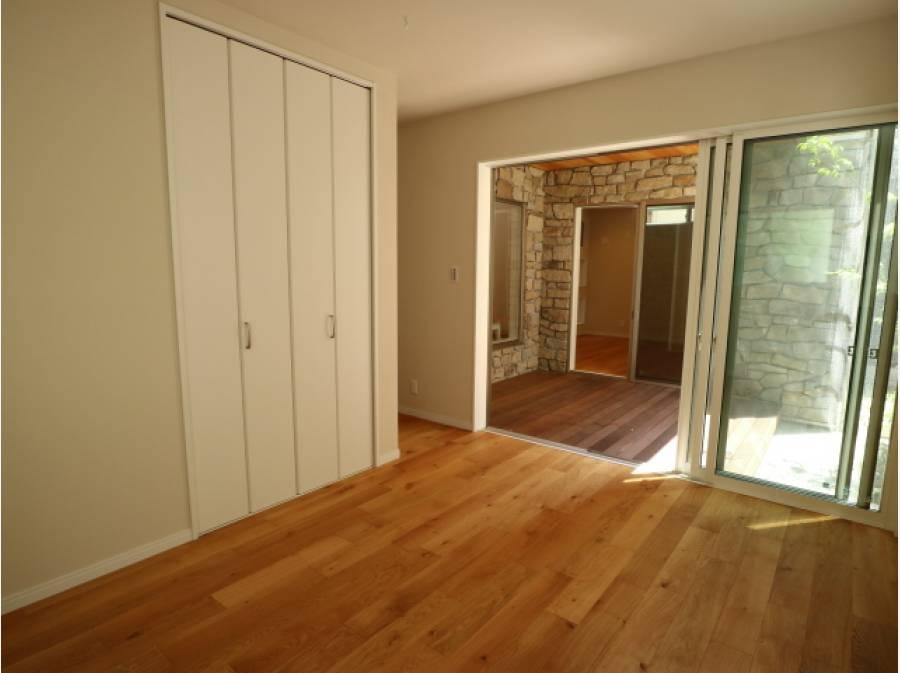 中庭が室内と外、居室と居室をも繋いでくれます