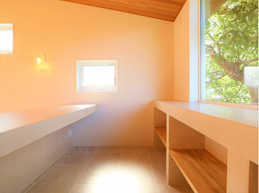 リビングの一画にはリモートスペースや書斎スペース