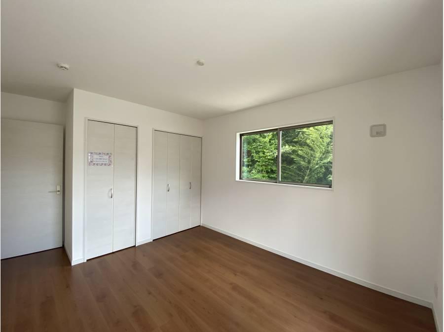こちらは緑の映る、気持ちの良い居室