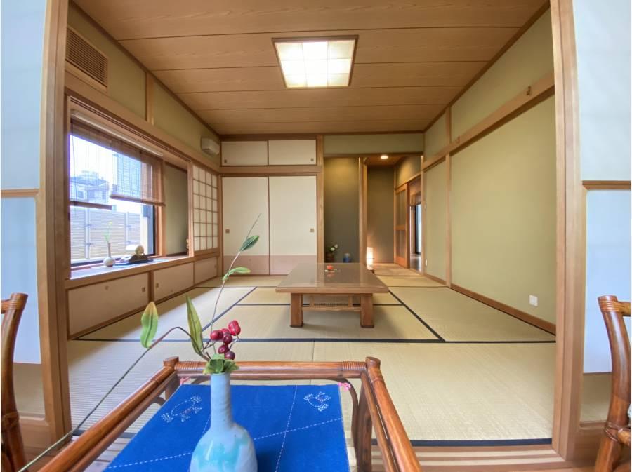 8帖の和室/反対側には広緑のお庭がございます
