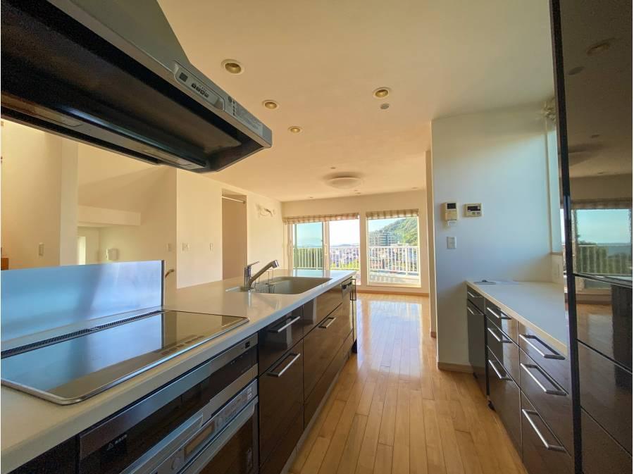 アイランドキッチンの背面には使い勝手のいい収納スペースを確保。