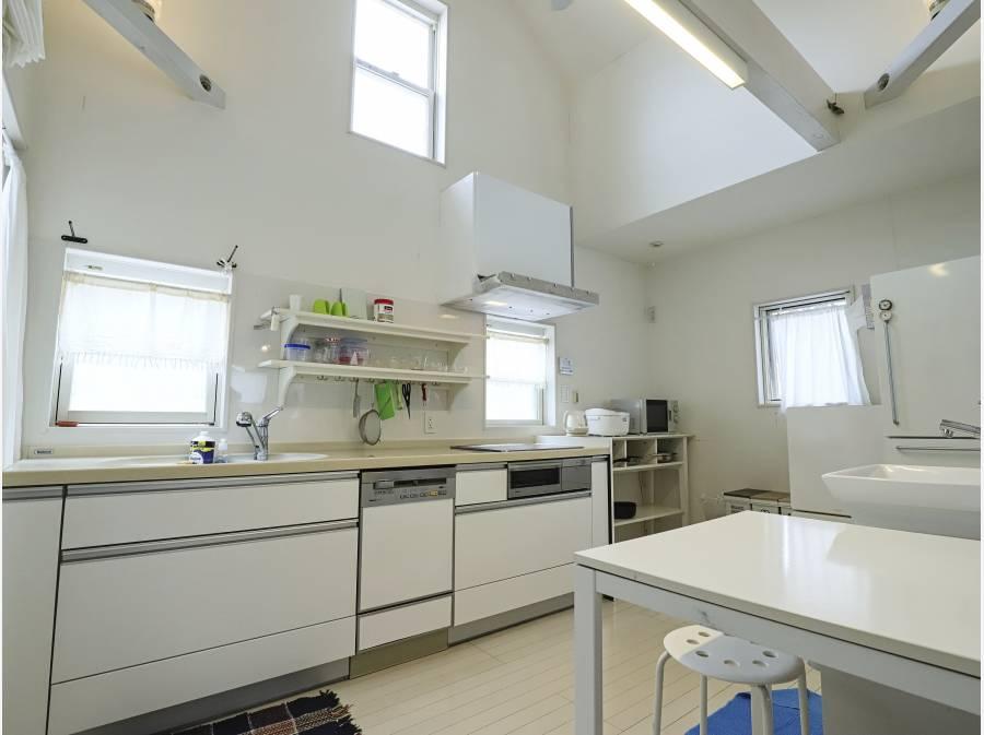 キッチンスペースも吹き抜け天井で開放的です