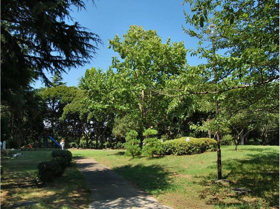 歩いて7分には豊かな自然を感じる「桜山中央公園」も(約500m)