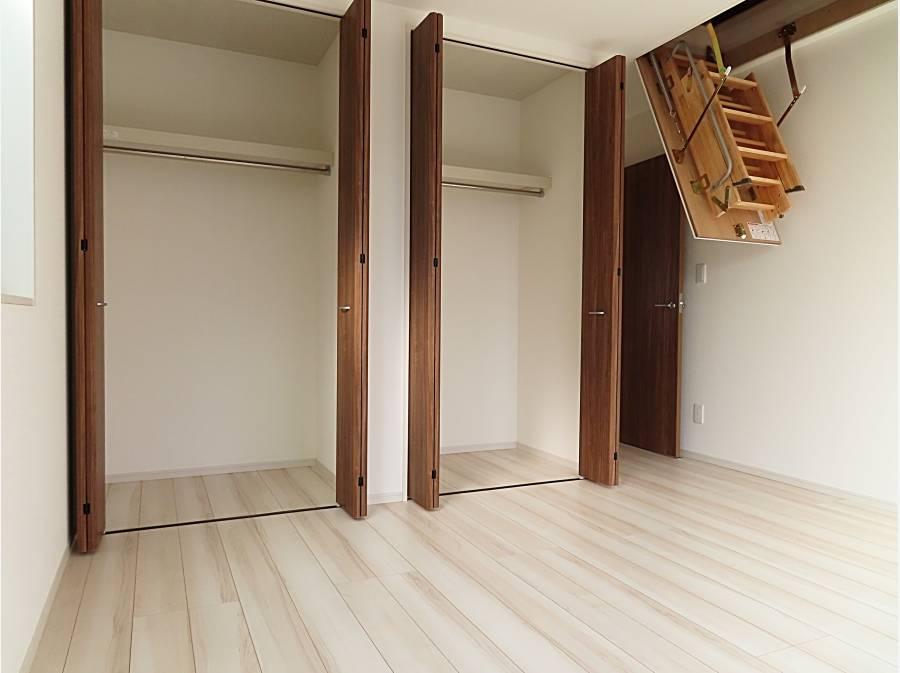 収納たっぷり。小屋裏収納の階段も折りたたみ式で便利です。