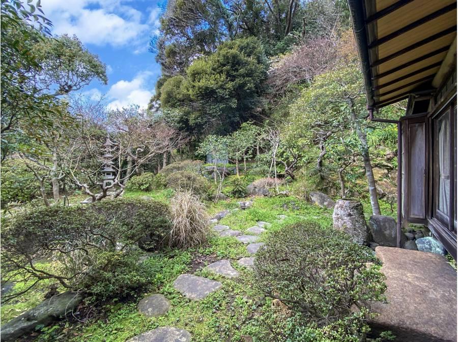 古都の静けさを感じる池・庭・裏山