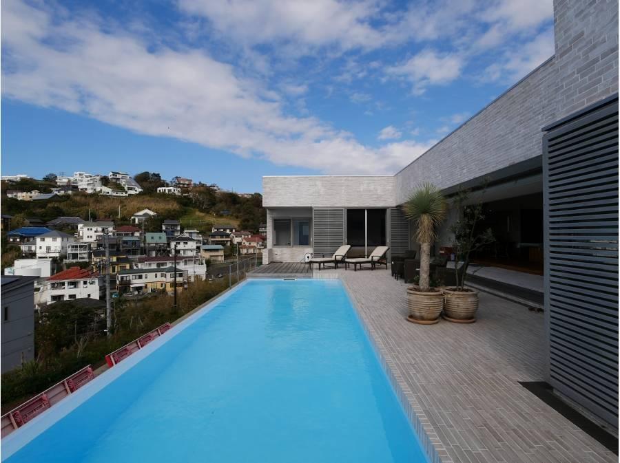 自宅のプールにしては大き過ぎるサイスのプールです!